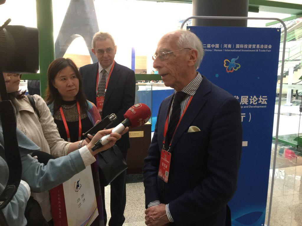 团员 伊夫斯.贝特朗 接受香港卫视采访